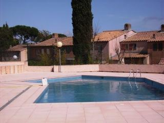 Ideal for small families, small detached house with swimming pool in Residence - Gassin vacation rentals