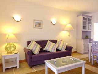 2 BEDROOM APARTMENT FOR 5 NEXT TO THE BEACH IN OLHOS D'AGUA, ALBUFEIRA (2) REF. ALMB134980 - Olhos de Agua vacation rentals