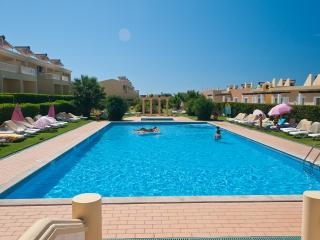 2 BEDROOM APARTMENT FOR 4 IN A CONDO WITH POOL AND TENNIS COURT IN PERA - REF. VBRR134933 - Alcantarilha vacation rentals
