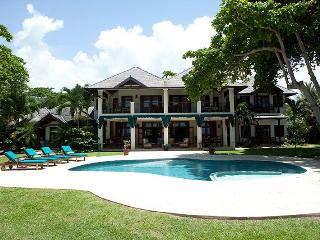 True Beachfront, Chef & Butler, Private Pool & Hot Tub, Tennis Court, 3 Min to Ocho Rios - Ocho Rios vacation rentals
