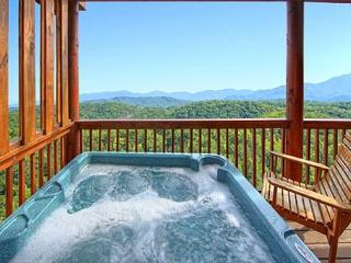 4BR Cabin w/ Views, Arcade, Hot Tub, Pool Table, Jacuzzi & 65