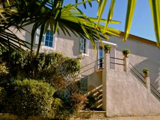 Le Coq qui Rit, Pet-Friendly 3 Bedroom Apartment with a Balcony and Pool - Montjustin vacation rentals