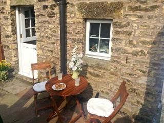 COBBLE COTTAGE, suoer king-size bed, woodburner, pet friendly, in Low Bentham, Ref. 20361 - High Bentham vacation rentals