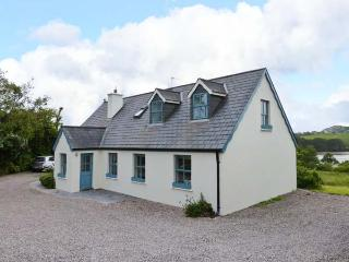 OLD COURT, detached cottage, en-suite, roll-top bath, multi-fuel stoves, superb accommodation, near Skibbereen, Ref 24446 - County Cork vacation rentals