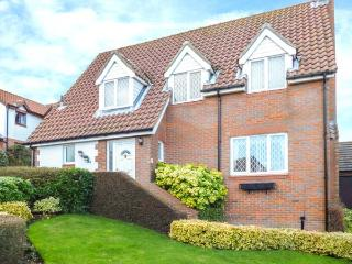 WOODLANDS, detached cottage, en-suite, conservatory, enclosed garden, in Scarborough, Ref 26519 - Scarborough vacation rentals