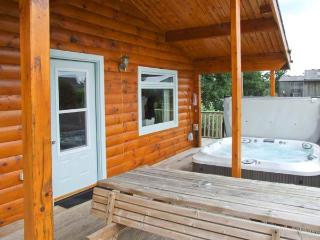 WATERSIDE LODGE, superb, single-storey lodge, woodburner, hot tub, overlooking pond, near Ashbourne, Ref 28919 - Hilton vacation rentals
