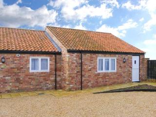 OLD SWEET SHOP, ground floor, en-suite, off road parking, communal courtyard, in Louth, Ref 6060 - Hatcliffe vacation rentals