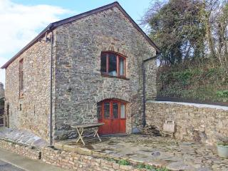 VIRVALE BARN, barn conversion in rural location, en-suite, WiFi, woodburner, pet-friendly, near Combe Martin, Ref 903601 - Berrynarbor vacation rentals