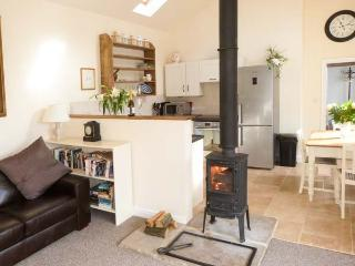 BROOK COTTAGE, single-storey, en-suite, woodburning stove, WiFi, off road parking, in Brandsby, Ref 8634 - Brandsby vacation rentals