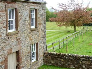 PARK HOUSE COTTAGE, detached, Grade II listed property, open fire, en-suites, enclosed garden, near Penrith, Ref 903907 - Ousby vacation rentals