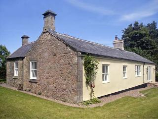 LAKE COTTAGE, single-storey cottage in lovely estate grounds, woodburner, en-suite, wonderful base, near Belford, Ref 903956 - Northumberland vacation rentals