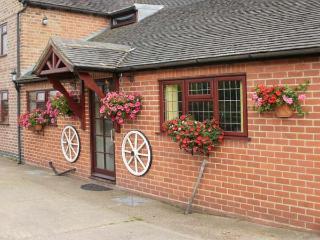 WESTWING, en-suite, off road parking, rural location, comfortable retreat, in Burton upon Trent Ref. 904435 - Yoxall vacation rentals
