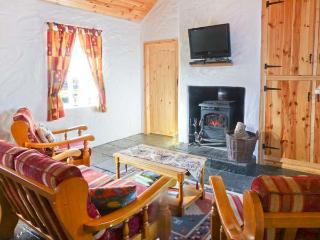 THE OLD POST OFFICE, single-storey cottage with multi-fuel stove, courtyard, close to Castlebar, Ref 904700 - Castlebar vacation rentals