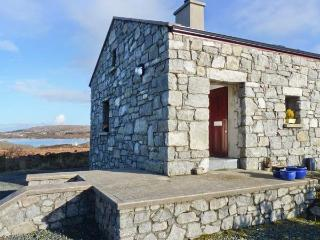 MEENMORE, pet-friendly, en-suite, Sky TV, lovely loughside cottage near Dungloe, Ref. 904734 - Dunglow vacation rentals