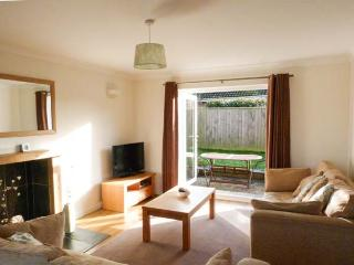 TUPPENCE COTTAGE, coastal cottage, en-suite, off road parking, enclosed garden, in Yarmouth, Ref 905414 - Shalfleet vacation rentals
