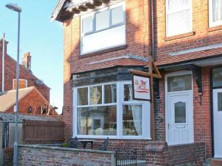 THE ROBINS, en-suite, pet-friendly, enclosed courtyard, close to amenities, in Filey, Ref. 906087 - Filey vacation rentals