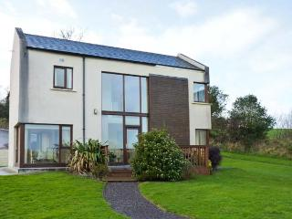 2 CASTLE QUAY, lovely river views, en-suite, excellent detached house near Kinsale, Ref. 906405 - Cobh vacation rentals