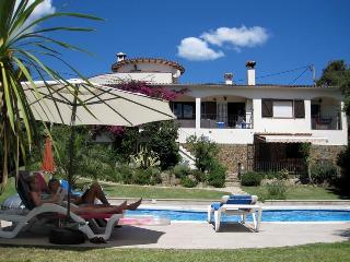 Superb villa , fantastic private garden (600m2) , heated pool, wifi ,near to beach and countryside - Calonge vacation rentals