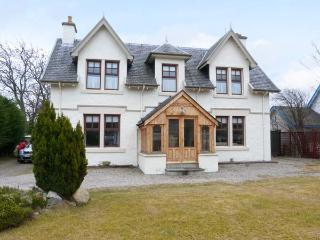 GLENCANISP, detached family cottage with en-suite, stoves, sun rooms, garden, in central Aviemore, Ref 904899 - Aviemore vacation rentals