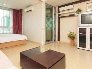 42 Sqm Near River & Bts, Swiming Pool, Wifi - Bangkok vacation rentals