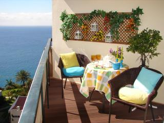 BRIGHT, COZY & ROMANTIC, by the beach, sea view, wifi - Funchal vacation rentals