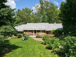 Peaceful waterfront cottage with beautiful landscaping - New Brunswick vacation rentals