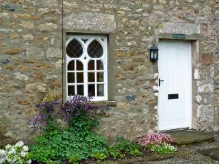 WOODBINE COTTAGE, family-friendly, character holiday cottage, with a garden in Burrow near Kirkby Lonsdale, Ref 31230 - Nether Burrow vacation rentals