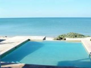 Pool and the beautiful beach during the day...Margarita s time. - MIG HOUSE- Beautiful Beach House in Chelem Mexico - Chelem - rentals
