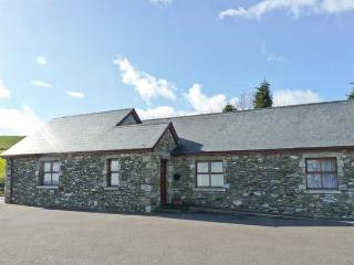 ROSELEA COTTAGE, two en-suite bedrooms, all ground floor, wet room, delightful views, semi-detached cottage near Woodenbridge, R - Ferns vacation rentals