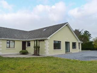 LAKELANDS, detached house near lake, open fire, garden, Moycullen Ref 906706 - Moycullen vacation rentals