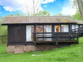 HAZEL CHALET, pet-friendly, off road parking, quirky lodge near Ampleforth, Ref. 903685 - Chop Gate vacation rentals