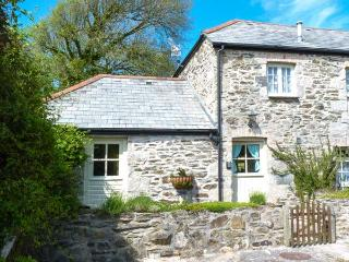 HONEYCROCK, private patio with furniture, zip/link bed, walks from doorstep, close to beach, Ref 904729 - Cornwall vacation rentals