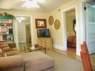 Quick & Easy walk to the 'L' train...SLEEPS 3 - Illinois vacation rentals