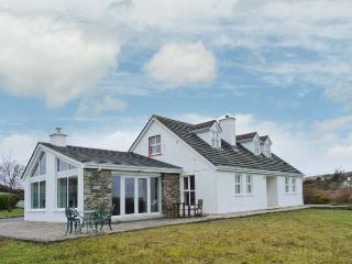 ROUNDSTONE, detached cottage, four bedrooms, open fire, woodburner, enclosed garden, in Tully, Ref 905639 - Tully vacation rentals