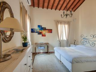 Lovely 2 Bedroom Apartment Rental in Florence near Duomo - Florence vacation rentals