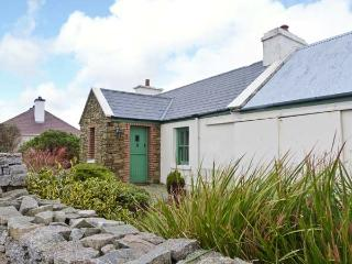 RAMHARC NA NOILÉAN, pets welcome, all ground floor, en-suite, stove & fire, character cottage near Kincasslagh, Ref. 905819 - Kincasslagh vacation rentals