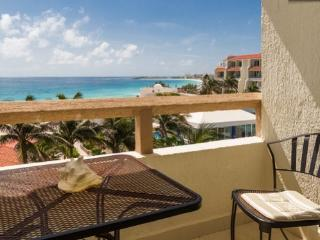 STUDIO FOR 2 ~ FABULOUS VIEW ~ HOTEL ZONE - Cancun vacation rentals