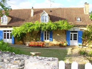 Restored Country Farmhouse with huge Pool & Garden - Beaumont-du-Perigord vacation rentals