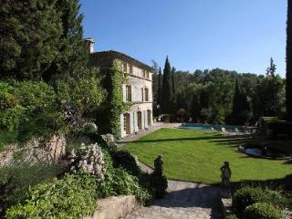 Charming Villa La Provencale offers a swimming pool, gazebo and housekeeping - Aix-en-Provence vacation rentals