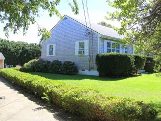 TOTHG - Adorable Updated Vineyard Cottage, Lovely Landscaped Yard,  Central A/C,  Flat Screen TV, Bike Paths at end of Drive, One Mile to Oak Bluffs Center - Oak Bluffs vacation rentals