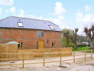 THE OLD STABLE, detached barn conversion, quality accommodation, en-suite, close to many attractions, near Botley, Ref 30475 - Hampshire vacation rentals