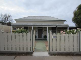 Lovely 2 bedroom Cottage in Broken Hill - Broken Hill vacation rentals