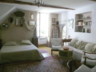 Romantic 1 bedroom Lourmarin Condo with Deck - Lourmarin vacation rentals