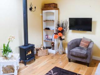 NORAH'S NOOK, WiFi, dog-friendly, rural views, cosy romantic cottage near Kirkbymoorside, Ref. 911836 - Kirkbymoorside vacation rentals