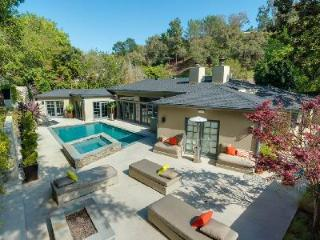 Exclusive Hutton Place in the heart of Beverly Hills with heated salt-water pool & hot tub - Beverly Hills vacation rentals