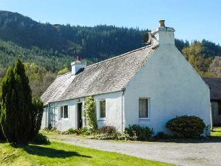 GLEN CROFT COTTAGE, detached, single-storey, on holiday park, Loch Ness ten mins walk, in Invermoriston, Ref 906559 - Invermoriston vacation rentals