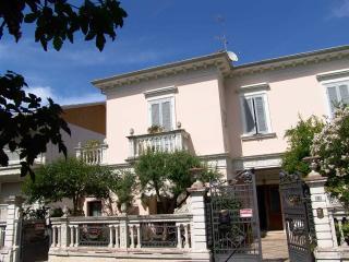 Riccione Ceccarini città - piano terra +giardino - Riccione vacation rentals