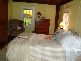 the yellow room at the chestnut lodge - Lee vacation rentals