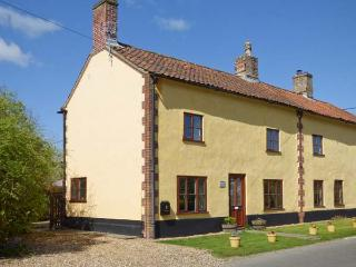 THE HORSESHOES HOUSE, semi-detached, two sitting rooms, roll-top bath, open fire, in Saham Toney, Ref 28007 - Norfolk vacation rentals