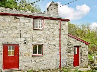 BWTHYN CRWBAN, stone-built, traditional accommodation, woodburner, pet-friendly, in Penmachno, Ref 25711 - Trefriw vacation rentals